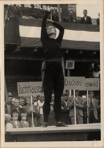 Foto of Hanna Berger on 17 June 1945 at Vienna's Folksolidarity Day: Berger tanzt das Solo 'Kampfruf'