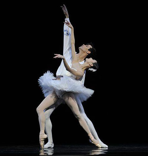 Vito Mazzeo and Yuan Yuan Tan in Serge Lifar's 'Suite en Blanc'.
