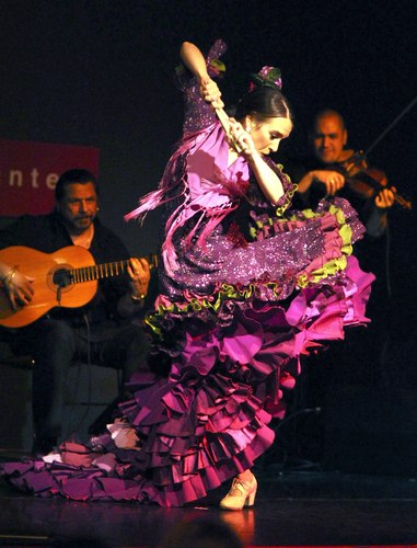 Tom&aacute;s, in magenta <i>bata de cola</i>, Pedro Cortes (guitar), Ali Bello (violin).