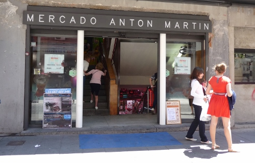 Entrance to Amor de Dios through the Mercado Antón Martín.