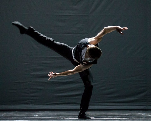 Hubbard Street Dancer Andrew Murdock in Quintett by William Forsythe.