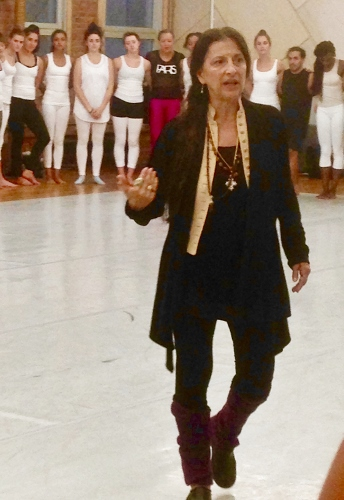 Choreographer Jacqulyn Buglisi explaining her process to the dancers.