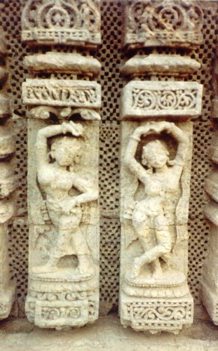 Temple sculpture of triple-bend poses of Odissi: 'alasa' and 'akunchana'