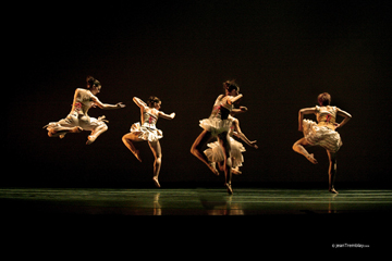 Les Ballet Jazz de Montreal in 'Les Chambres des Jacques'