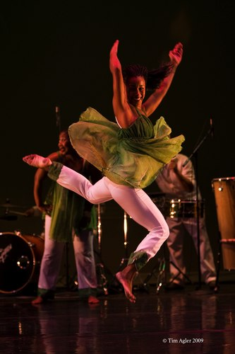 'In Motion, Em Movimento' performed by Viver Brasil